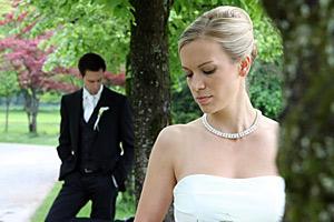 Braut und Bräutigam in einem Park
